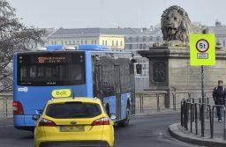 Budapest, 2020. január 4. A BKK menetrend szerint közlekedő autóbusza hajt fel a Lánchídra a Clark Ádám térről 2020. január 4-én. Nem hajthatnak át a Lánchídon turistabuszok és teherautók, mert a közelmúltban elrendelt hídvizsgálati állapotjelentés megállapította, hogy az eddigieknél szigorúbban kell betartani a hídra vonatkozó súlykorlátozást. A BKK buszaira a tilalom nem vonatkozik. MTI/Máthé Zoltán